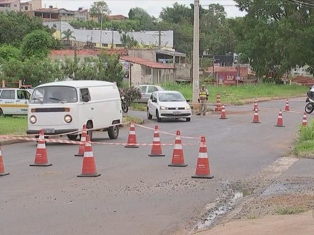 Sinalização com cones e faixas de interdição é realizada em Tatuí (Foto: Reprodução/TVTEM)
