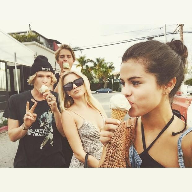 Selena Gomez com amigos (Foto: Instagram)