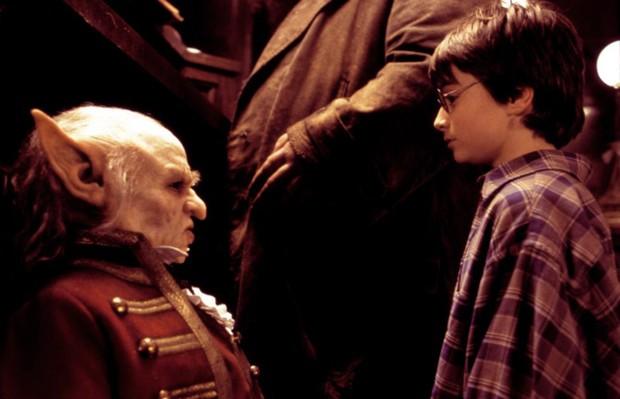 Verne Troyer (em cena com Daniel Radcliffe) como o duende Griphook em 'Harry Potter e a Pedra Filosofal'  (Foto: Reprodução)