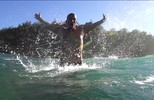 De peito aberto: Henrique Pistilli cria traje especial para o surfe de peito