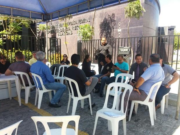 Policiais federais estão na porta da sede da PF em Maceió (Foto: Suely Melo/G1)