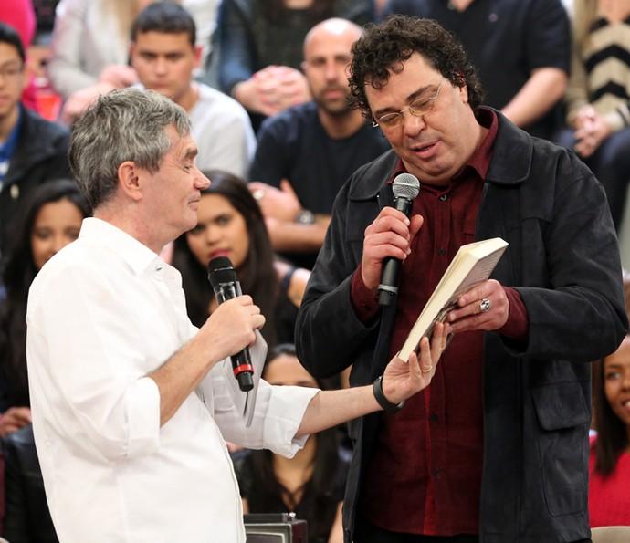 Casagrande entrega primeiro exemplar de livro para Serginho (Foto: Carol Caminha/Gshow)