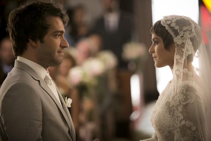 Tiago fica emocionado ao ver a noiva (Foto: Raphael Dias/Gshow)