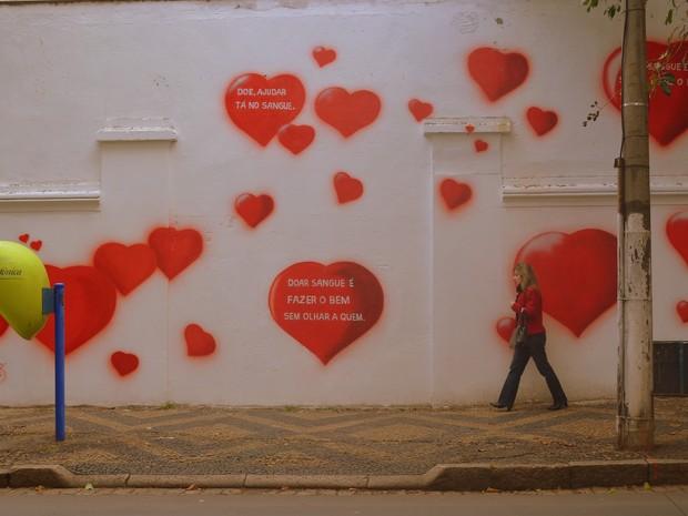 Corações em muro lembram da importância da doação de sangue em Campinas (Foto: Luciano Calafiori/G1)