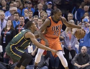 baebf89a9c9c Kevin Durant protege a bola da marcação no confronto com o Utah Jazz (Foto
