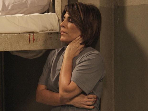 Sofimento e angústia! Beatriz custa acreditar que está na prisão (Foto: TV Globo)