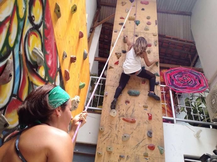 A surfista Karine Gois dominou a parede de alpinismo (Foto: Fernando Petrônio)