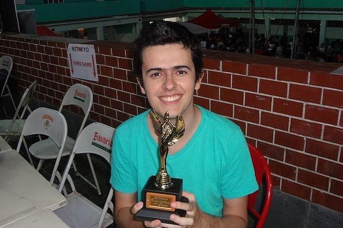 Tiago Calmon com um troféu da Liga Oficial Pokémon (LOP) de 3DS, torneio de 2013 (Foto: Arquivo Pessoal)