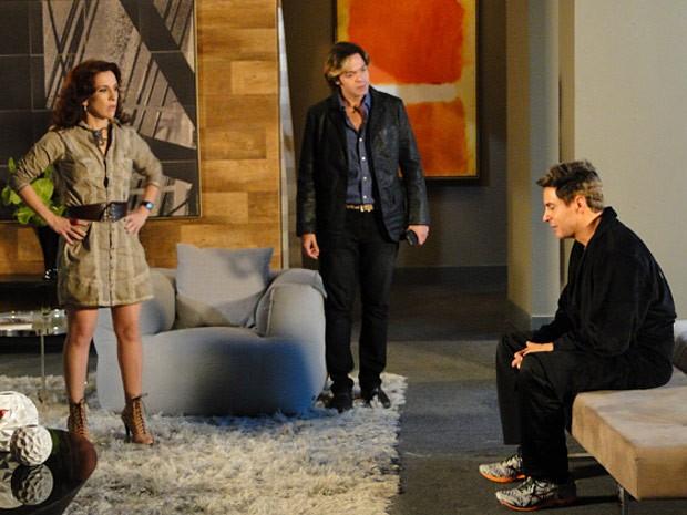 Inácio pede ajuda de Simone e Tom para tentar se livrar da desconfiança de Dinha (Foto: Cheias de Charme / TV Globo)