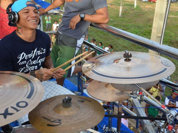 Edcity começou o show tocando bateria (Foto: Marina Fontenele/G1)