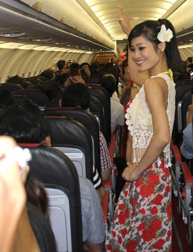 Em agosto deste ano, as autoridades de aviação civil do Vietnã multaram uma companhia aérea de baixo custo por organizar um espetáculo com modelos em biquíni em pleno voo sem permissão. A VietJetAir foi penalizada em 20 milhões de dongs (cerca de US$ 960). (Foto: Vietjet Air/AP)
