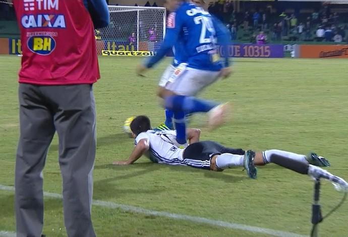 Romero pisa em González durante o jogo contra o Coritiba (Foto: Reprodução / Premiere)