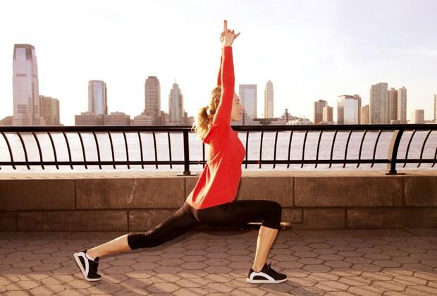 Para tonificar os músculos das pernas, nada melhor para mulheres do que uma boa sessão de alongamento (Foto: Think Stock)