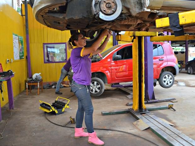 Daniella decidiu investir em uma oficina para mulheres após ser enganada e pagar altos valores por serviços desnecessários no carro dela  (Foto: Quésia Melo/G1)