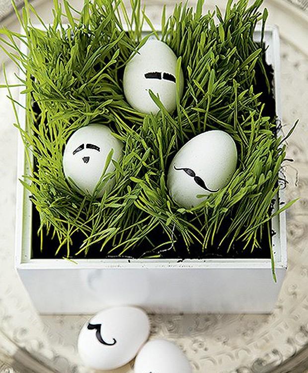 A sugestão aqui é colocar ovos com bigode – desenhados com caneta de retroprojetor - numa plantinha. Nesse caso, é um ninho de clorofila. (Foto: Cacá Bratke/Casa e Comida)