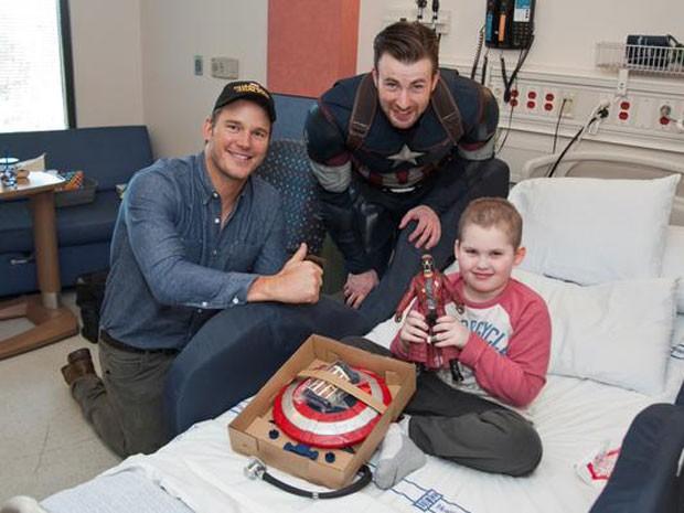 Os atores Chris Pratt (de boné) e Chris Evans, como Capitão América, posam ao lado de paciente de hospital infantil de Seattle (Foto: Reprodução/Twitter/seattle Children's)