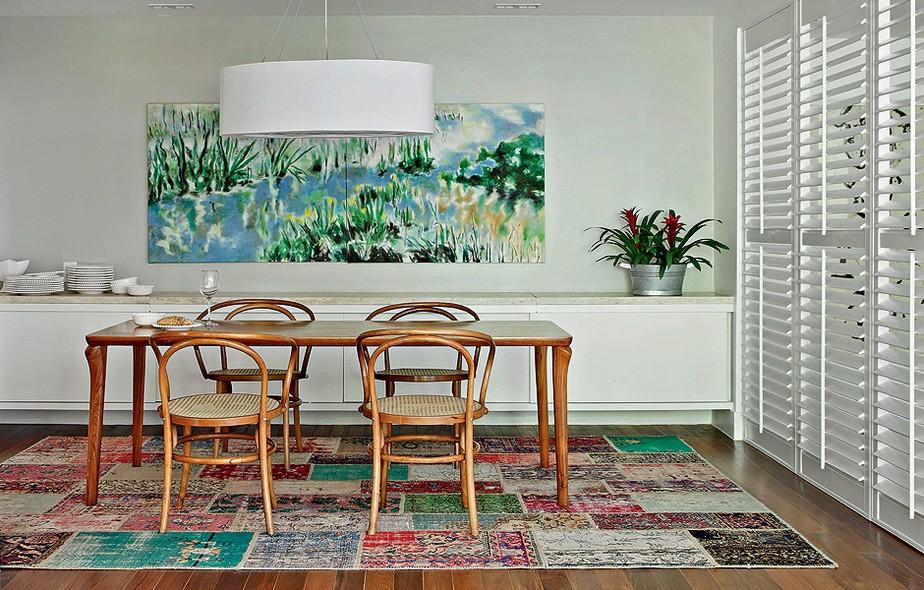 A casa da atriz e apresentadora Patricya Travassos tem sala de jantar com tapete de patchwork. Projeto da designer de interiores Paola Ribeiro