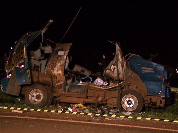 Carro-forte da Protege ficou completamente destruído após explosão em Barrinha, SP (Foto: Reprodução/EPTV)