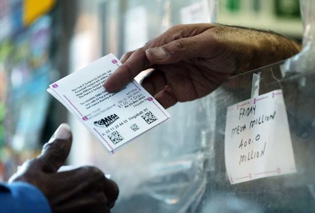 A loteria americana Mega Millions sorteia na noite desta sexta-feira (13) um prêmio estimado de US$ 400 milhões (Foto: Matt Rourke/AP)