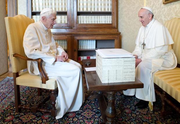 Papa emérito Bento XVI (esq) em encontro com o Papa Francisco, em 23 de março (Foto: Osservatore Romano/AP)