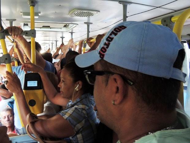 Márcio esperou 35 minutos pelo primeiro ônibus do dia. Mesmo assim, precisou se apertar para subir no coletivo e não conseguiu nem passar da catraca  (Foto: Marina Barbosa / G1)