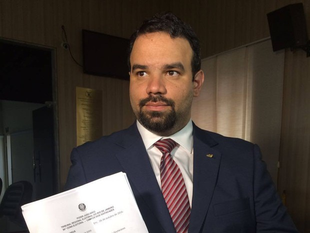 Procurador da Câmara de Campos, Luiz Felipe Clayn, mostra ofício que determina posse do vereador Edson Batista como prefeito (Foto: Geovana Barcelos / Inter TV)