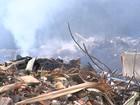 Lixo ainda é jogado em ecoponto que pegou fogo por mais de 24h