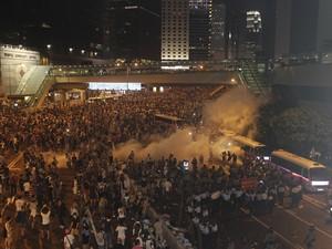 Milhares de pessoas bloqueiam uma avenida para protestar em Hong Kong  (Foto: AP)