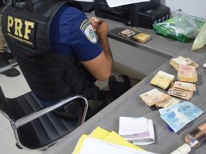 Dinheiro foi apreendido em escritório de quadrilha na Bahia (Foto: Divulgação/ PRF Bahia)