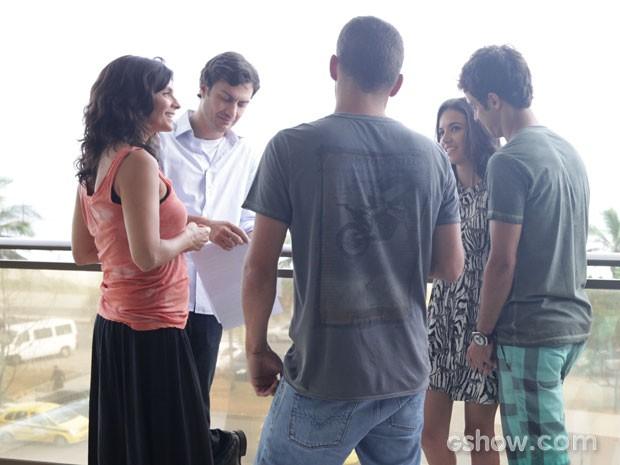 Helena e Manu se divertem em gravação (Foto: Pedro Curi/TV Globo)