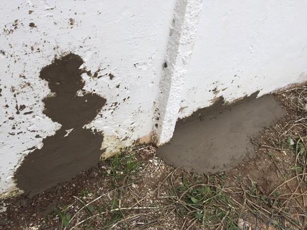 Na tarde desta segunda (27), era possível ver buracos tampados com cimento no muro do PJALLB (Foto: Lorena Andrade / TV Globo)