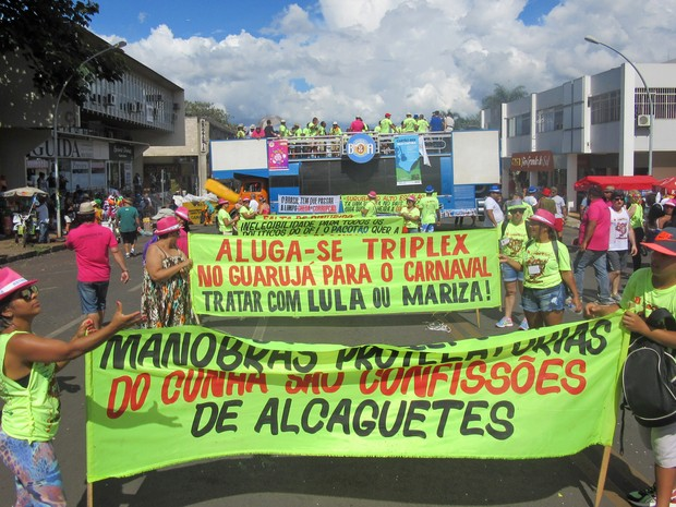 Foliões desfilam com faixas e cartazes contra a política do Brasil no Pacotão (Foto: Jéssica Nascimento/G1)