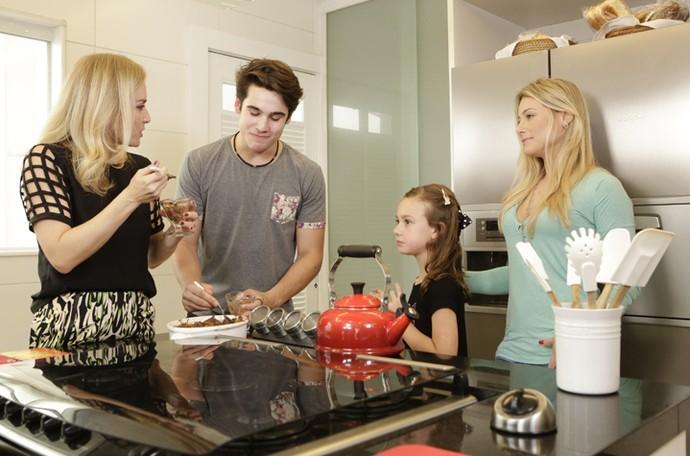 Nicolas Prattes com Angélica e a família em casa (Foto: Felipe Monteiro / Gshow)