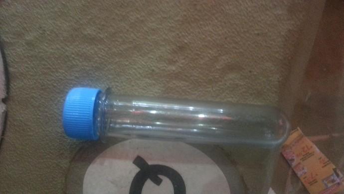 Ampolas de vidro com vodca vendidas dentro do Maracanã (Foto: Janir Júnior)