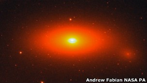 Buraco Negro da NGC foi observado de um telescópio no Texas (Foto: BBC)