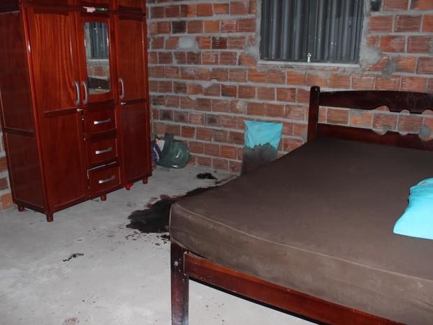 Manchas de sangue ficaram pelo quarto onde uma das mulheres morreu (Foto: Catarina Costa)