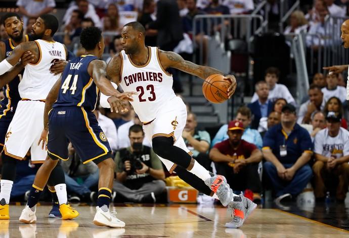 LeBron James comandou o Cleveland Cavaliers na vitórias sobre o Indiana Pacers (Foto: Getty Images)