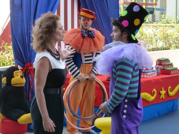Dona da festa reconhece Leonardo e pede demissão do rapaz (Foto: Gshow)