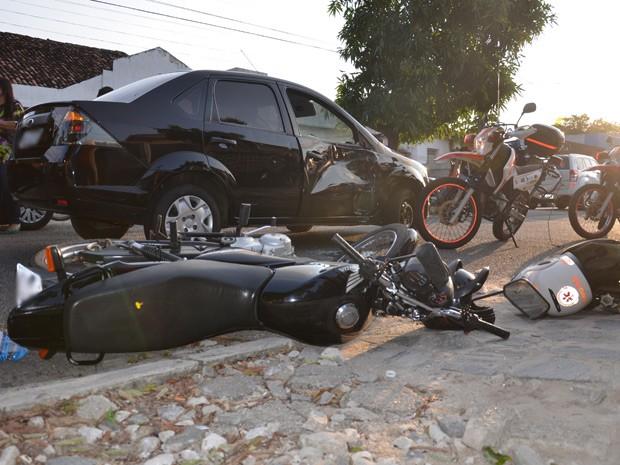 Carro avançou placa de pare e foi atingido na latral por motociclista em João Pessoa  (Foto: Walter Paparazzo/G1)