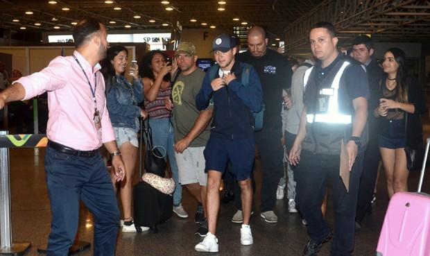Niall Horan deixando o Brasil (Foto: Webert Belicio / Ag News)