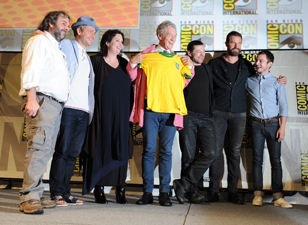 Elenco do filme posa para foto, enquanto Elijah Wood fala com os participantes do painel. Ian McKellen faz uma homenagem ao Brasil (Foto: Jordan Strauss/Invision/AP)