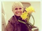 Xuxa ganha flores antes de viagem