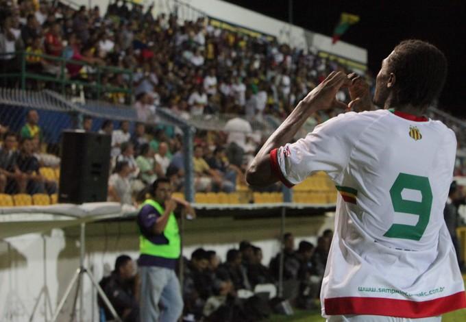 Célio Codó comemora um dos dois gols da primeira partida contra o MAC (Foto: De Jesus/ O Estado)