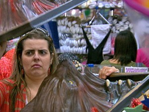 Fernanda compra máscaras para decorar ambiente (Foto: Mais Você / TV Globo)
