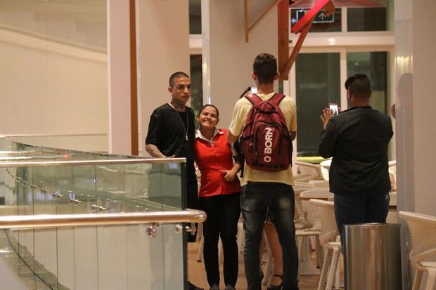MC Guimê e Lexa assistem filme em cinema no Village Mall na Barra da Tijuca (Foto: AgNews)