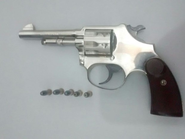 Arma apreendida em São Pedro estava com a numeração raspada, afirma PM (Foto: Polícia Militar/Divulgação)