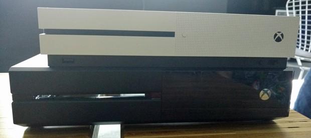 Detalhe da diferença de tamanho entre o Xbox One S e o Xbox One original (Foto: Bruno Araujo/G1)