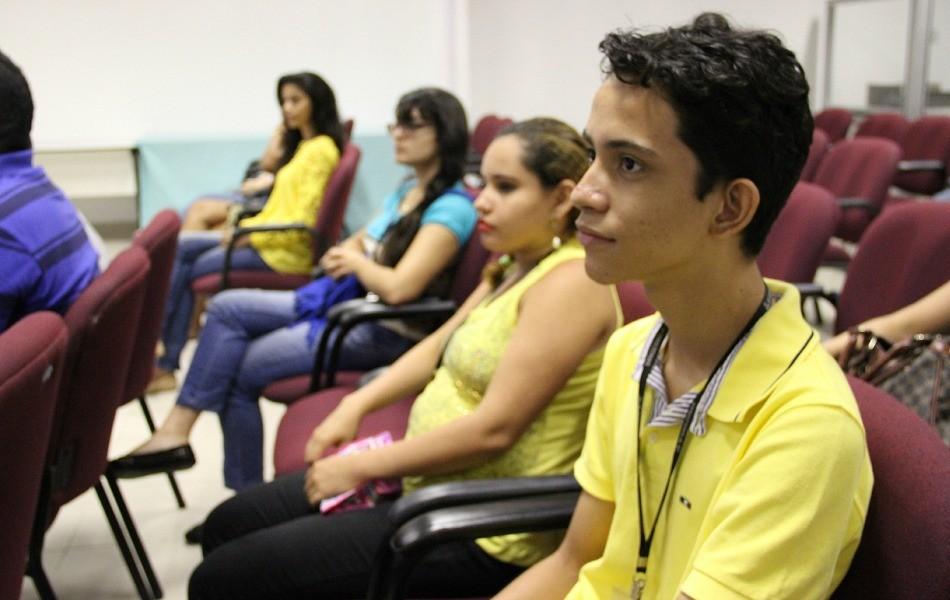 Victor Serudo (de amarelo) quer ser jornalista (Foto: Katiúscia Monteiro/ TV Amazonas)