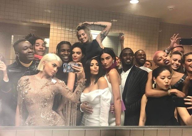 A selfie de Kylie Jenner no banheiro do Baile do Met  (Foto: reprodução/instagram)