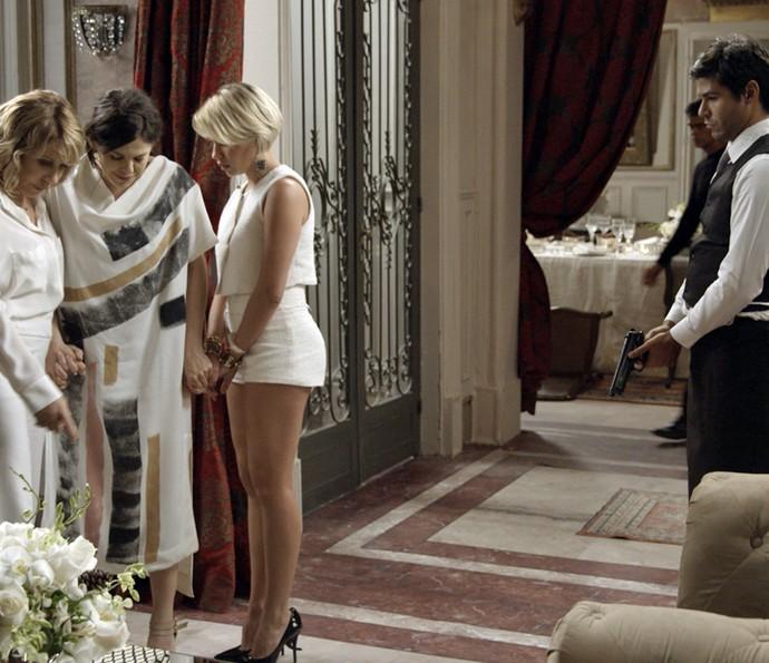 Nora, Nelita e Belisa ficam nas mãos dos bandidos (Foto: TV Globo)
